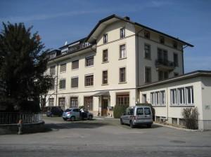 Wohn- und Geschäftsgebäude, Vorstadt 40 von der Strasse aus gesehen.  Eingang WEST, Parkplätze HINTER dem Gebäude!